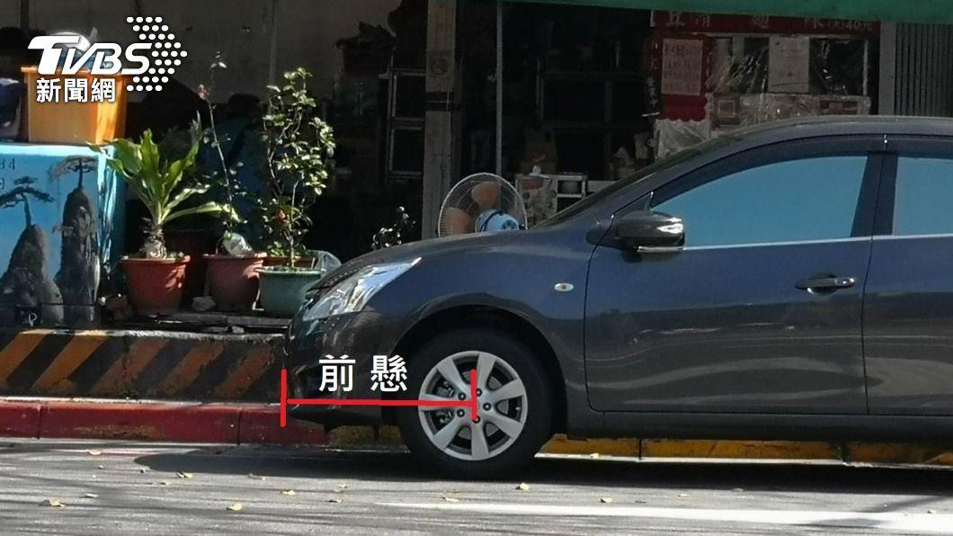 車身部分在紅線內同屬違規停車。(圖/中央社) 車身壓禁停紅線就屬違停 最高可罰1200元