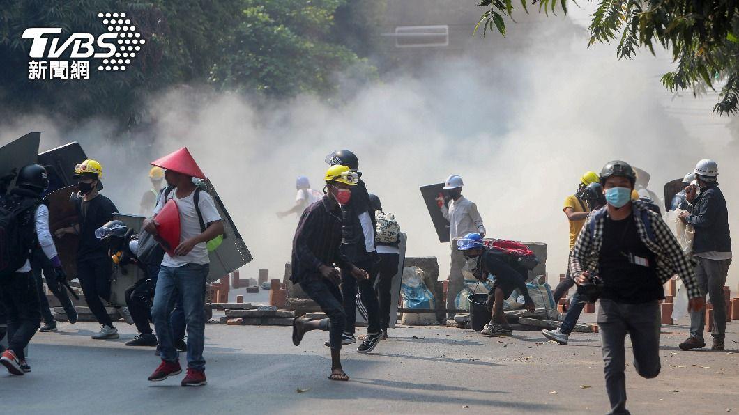 緬甸民眾上街抗議軍政府。(圖/達志影像美聯社) 瓦城18歲華人少女遭軍警槍擊亡 緬甸網友哀悼天使