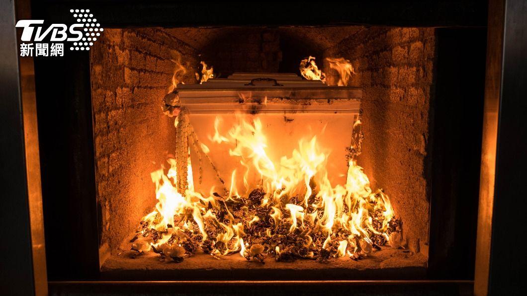 接體員分享火化異味,尤其燒打桶棺特別可怕。(示意圖/Shutterstock達志影像) 破頭遺體火化「飄燒腦漿味」 接體員曝:打桶棺最難聞