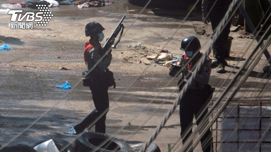 武裝的緬甸士兵和警察利用TikTok向反政變抗議民眾發出死亡威脅。(圖/達志影像路透社) 「我會開槍打死看到的人」 緬軍警濫用抖音恐嚇民眾