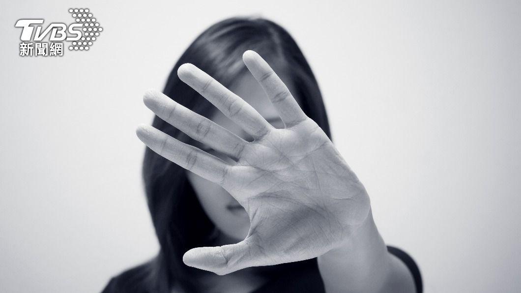 若遇到性騷擾務必勇敢說不,保護身體自主權。(示意圖,非當事人/shutterstock達志影像) 色男突熊抱陌生女 襲胸逾10秒辯「誤認我女友」遭逮
