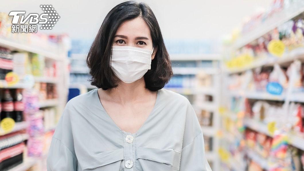 雙層口罩與單層口罩防疫效果差距不大。(示意圖/shutterstock 達志影像) 雙層口罩防疫效果更好? 日專家:只多防4%飛沫
