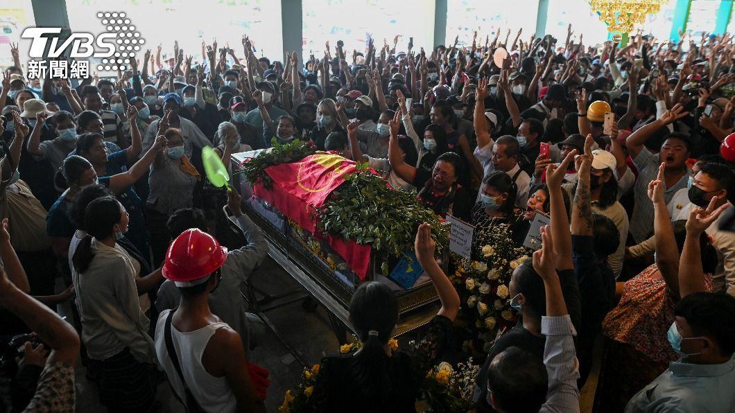 緬甸軍方自2月1日發動政變後,至今已超過100名警察加入反軍方運動。(圖/達志影像路透社) 緬甸100多名員警加入反軍方陣營 拒絕暴力鎮壓