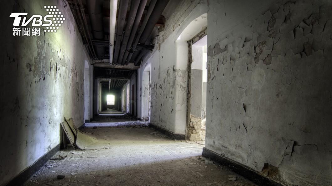 直播主到廢墟探險意外發現屍體。(非事發地點,示意圖/shutterstock 達志影像) 直播主夜闖台南廢墟 踹門驚見「白骨全屍」報警急刪片