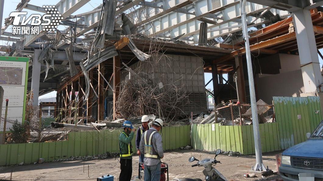 中博高架橋引道完成拆除。(圖/中央社) 高市中博高架橋引道拆完 站西路拚8日準時開通
