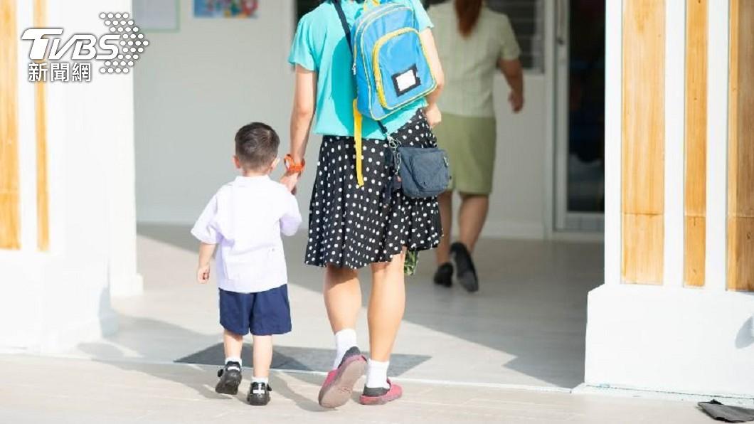 一名媽媽聽到兒子說明胎內記憶,讓她感到既詭異又感動。(示意圖/Shutterstock達志影像) 胎內記憶?兒驚吐「天上選媽過程」淚問:真的想生我嗎
