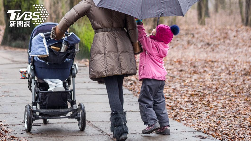 (示意圖,非當事人/shutterstock達志影像) 大雨帶2孩搭Uber 一靠近「司機加速逃離」理由氣炸