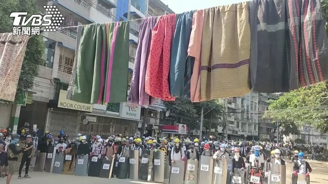 緬甸民眾將女裙高掛街頭 拖延軍警追捕速度
