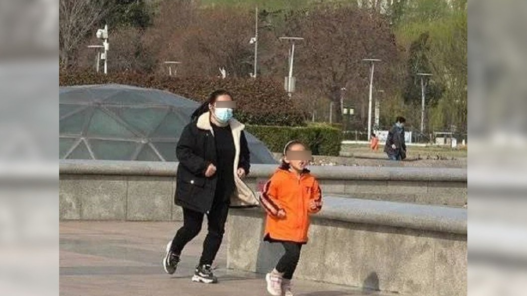 大陸一名7歲女童為了救姊姊一命,每日狂跑10公里。(圖/翻攝自《齊魯晚報》) 重病姊「只有我能救」 陸7歲妹日跑10km增重捐骨髓