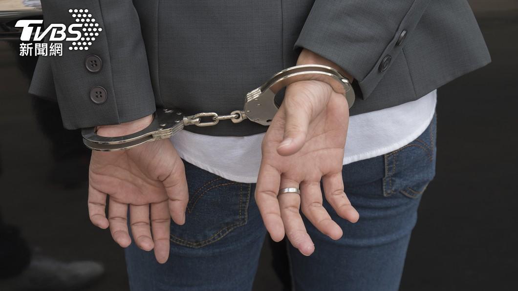 女子入獄時疑似在私處夾帶手槍。(示意圖/shutterstock 達志影像) 美女坐牢還學不乖 私處「塞10公分手槍」躲搜身
