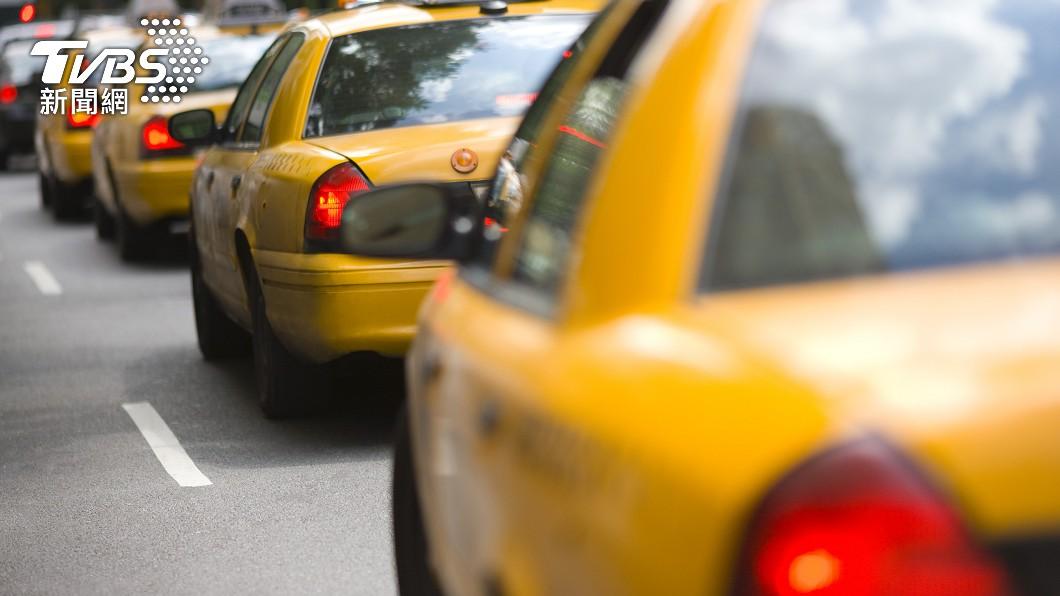 計程車司機拾獲百萬現金秒報警。(示意圖/shutterstock 達志影像) 計程車司機拾百萬現鈔 直送派出所還婉拒謝金