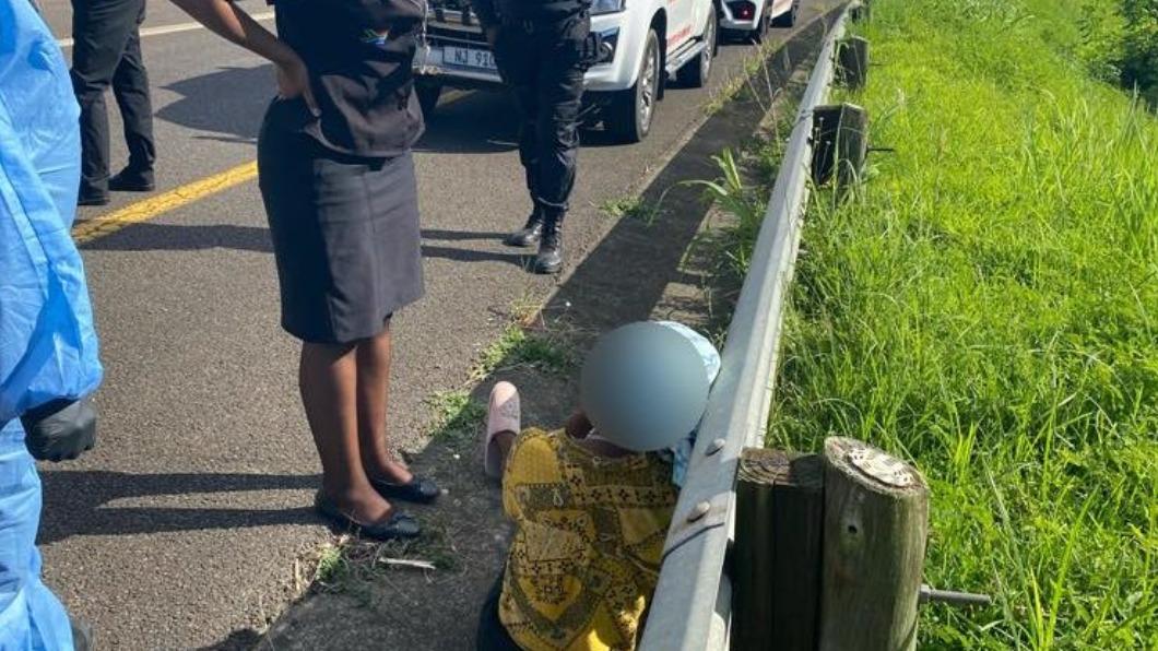 女子被侵犯後警方獲報趕抵現場並安撫她。(圖/翻攝自《North Coast Courier》) 慘遭司機、售票員輪番侵犯 南非女痛哭:我有愛滋