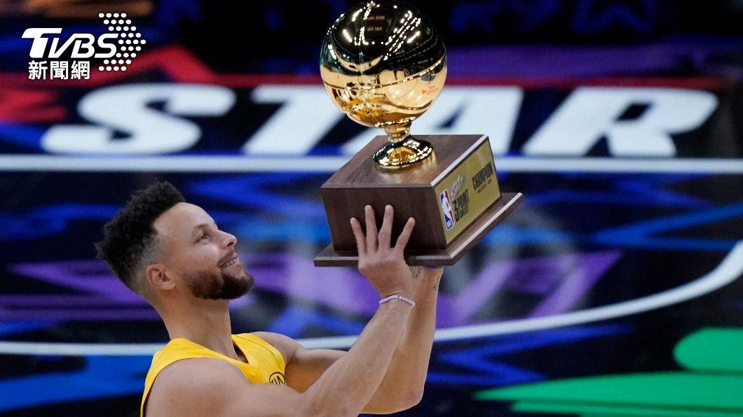 勇士柯瑞奪下三分球大賽冠軍。(圖/達志影像美聯社) 柯瑞決殺黑馬康利 奪NBA明星賽三分球大賽冠軍