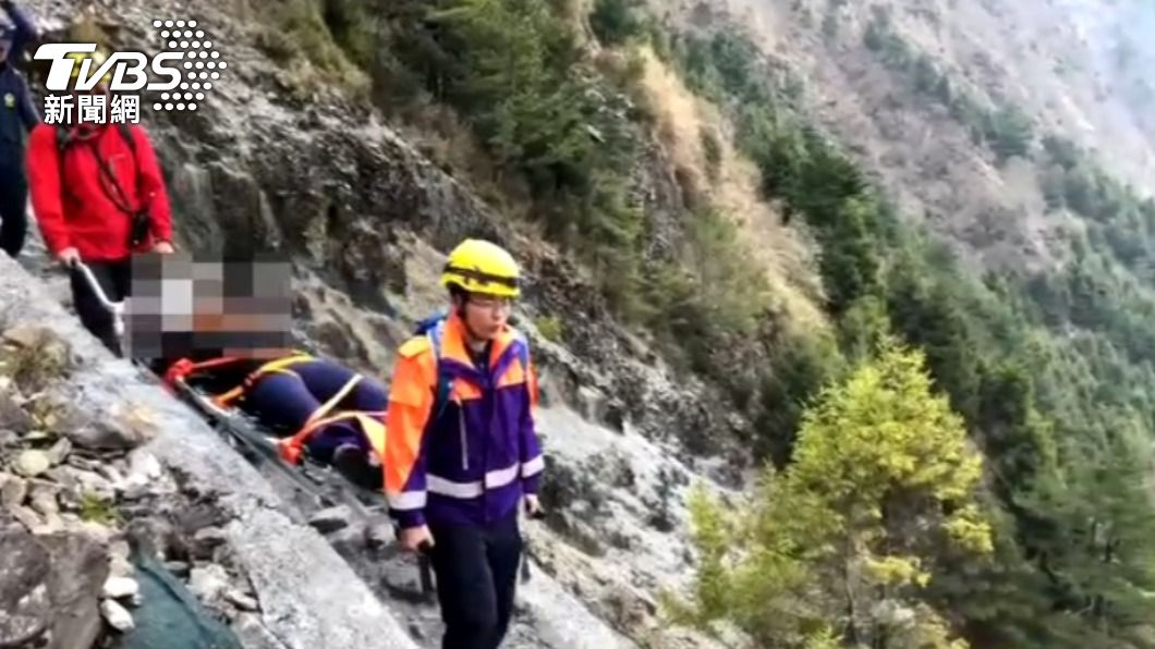 一名女登山客遭落石擊中,警消組成搜救隊前往救援。(圖/TVBS) 火速救援!玉山落石砸傷女 警消推「特製獨輪車」運下山