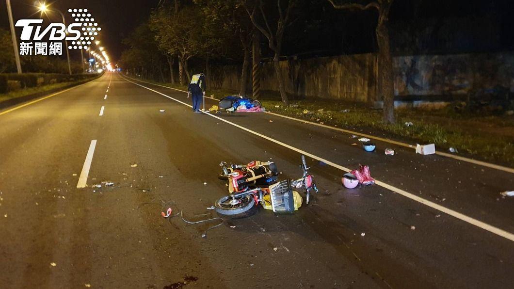 警方懷疑電動自行車無車燈造成視線不良是肇事原因。(圖/中央社) 疑電動自行車無燈光釀禍 機車騎士追撞釀1死2傷