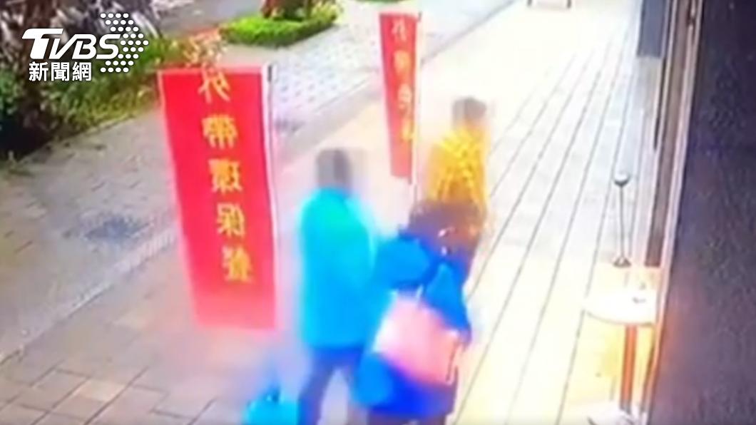 夫妻倆帶人到店裡鬧場,揚言「要把話說清楚」。(圖/TVBS) 夫妻頻鬧餐廳稱「風水不佳」 警到場就孬:來道歉的
