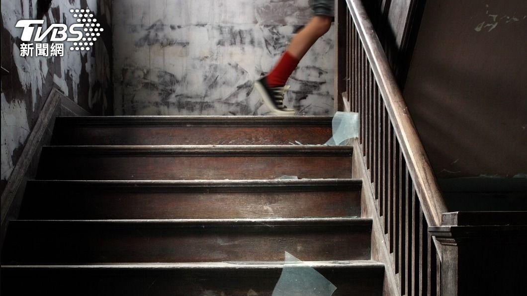 俄羅斯一對年輕情侶在樓梯間發生性關係。 (示意圖/shutterstock 達志影像) 俄小情侶「樓梯嘗禁果」被抓包 他急跳17樓幸運生還