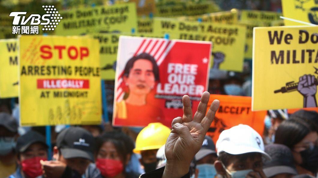 緬甸民眾連日發動反政變示威。(圖/達志影像美聯社) 翁山蘇姬太親中 緬甸軍頭託說客向西方示好