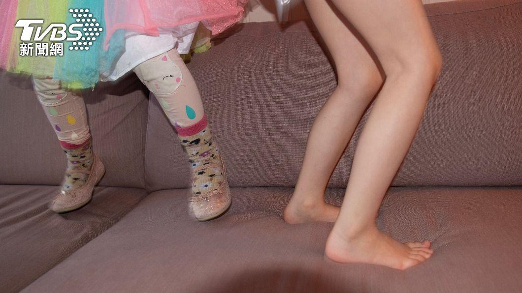 國小女童在沙發上狂跳影響路人。(示意圖/shutterstock達志影像) 阻童把沙發當彈跳床 女反遭母嗆:哪個小孩不跳?