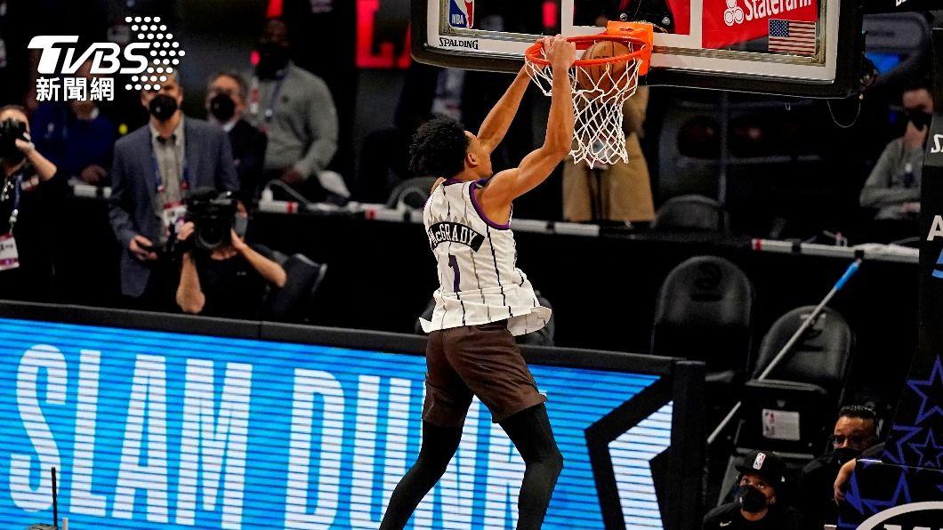 NBA拓荒者塞門斯奪得灌籃大賽冠軍。(圖/達志影像路透社) 吻籃框雖失敗但創意滿點 年輕小將NBA灌籃封王