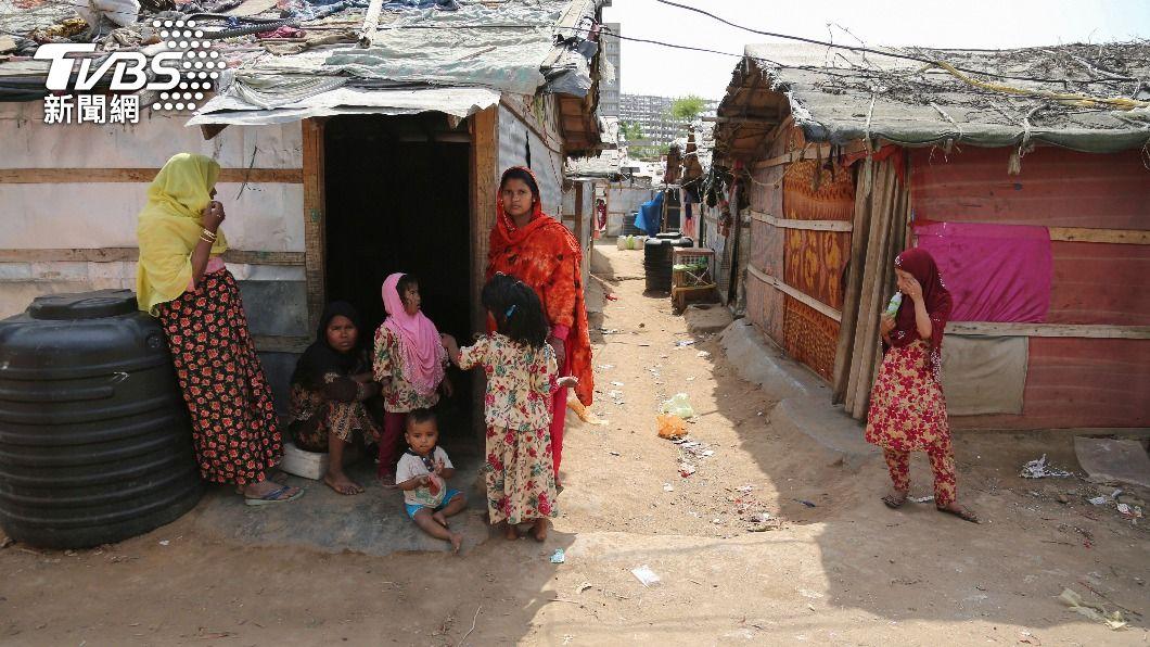 洛興雅人站在難民營外。(圖/達志影像美聯社) 澳暫停與緬甸防衛合作 改經非政府組織援洛興雅
