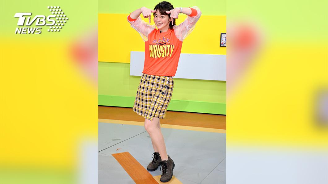 鄭凱云獻出螢幕「初跳」,嘗試挑戰韓國女團「TWICE」的《TT》舞蹈。(圖/TVBS) 《健康2.0》YT訂閱人數破百萬 鄭凱云《TT》舞祝賀 江坤俊、韋汝挑戰男女對唱