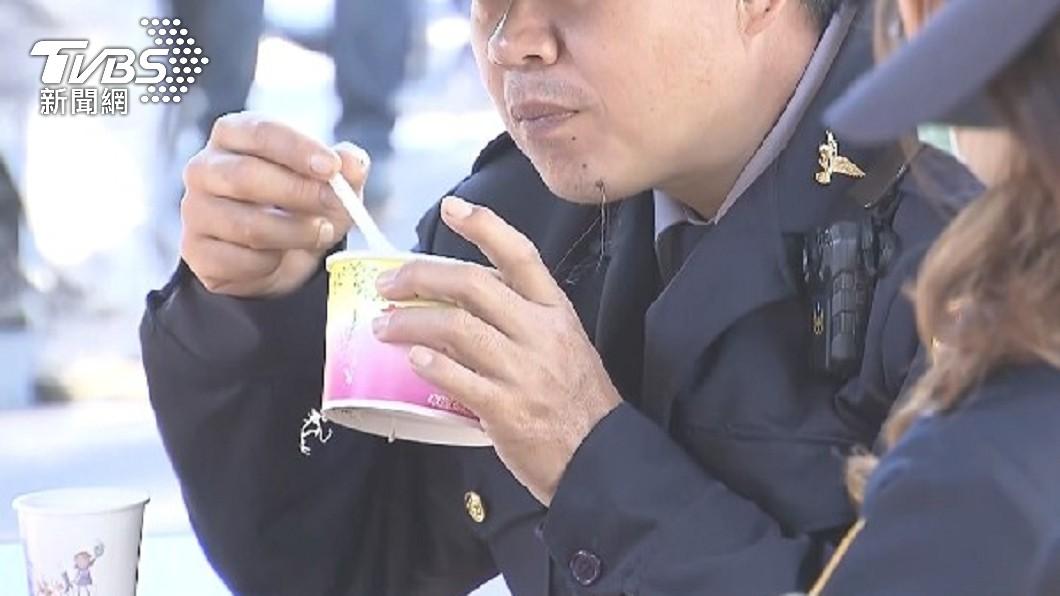 員警穿制服買便當擔心遭民眾側目。(非當事人,示意圖/TVBS) 便當店「助警插隊」:先包給他 神暖結局被讚翻