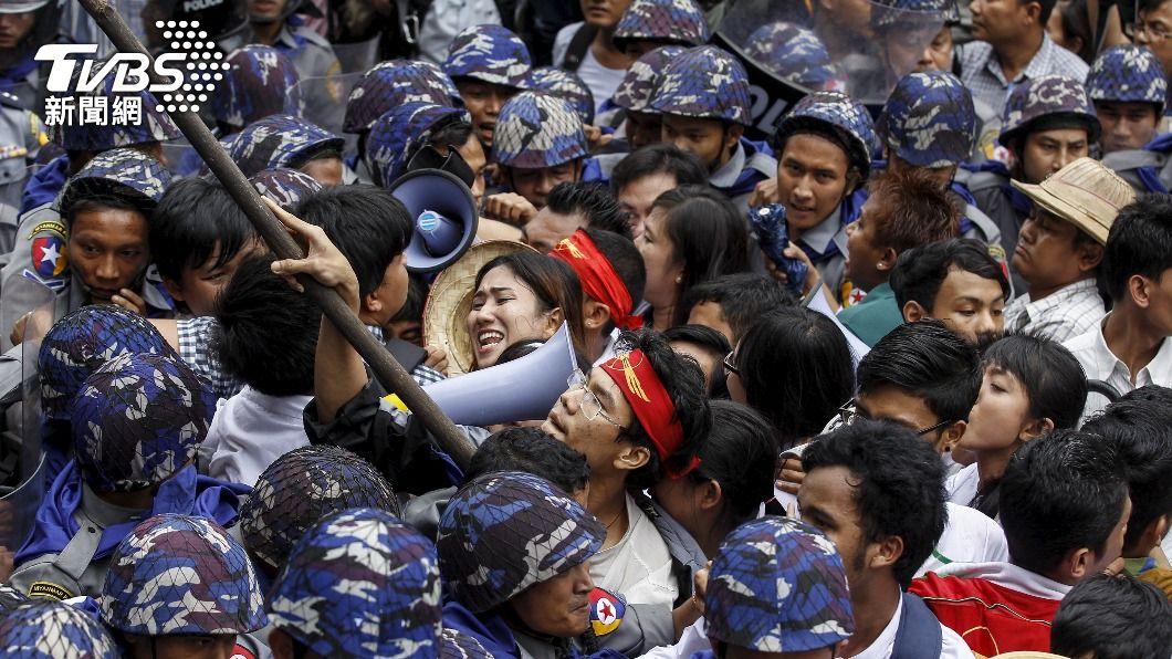 圖/達志影像路透社 緬甸軍警搜民宅抓示威者 民眾無懼宵禁湧上街頭