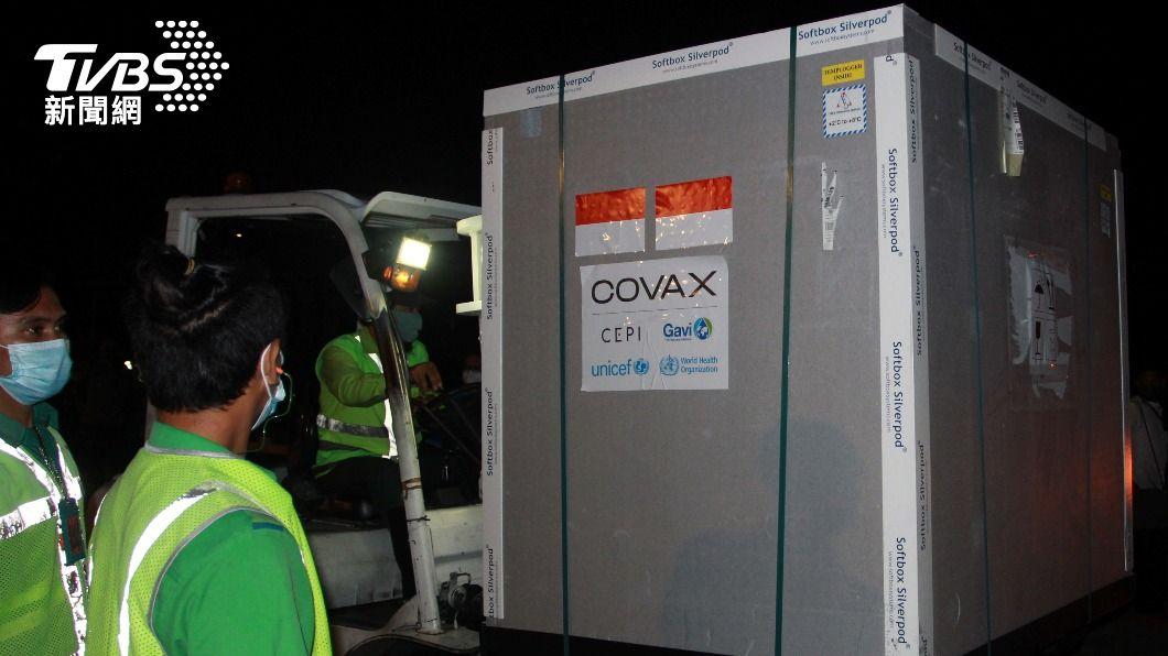 首批110萬劑AZ疫苗已抵印尼。(圖/達志影像路透社) 世衛COVAX配送疫苗 首批110萬劑抵印尼