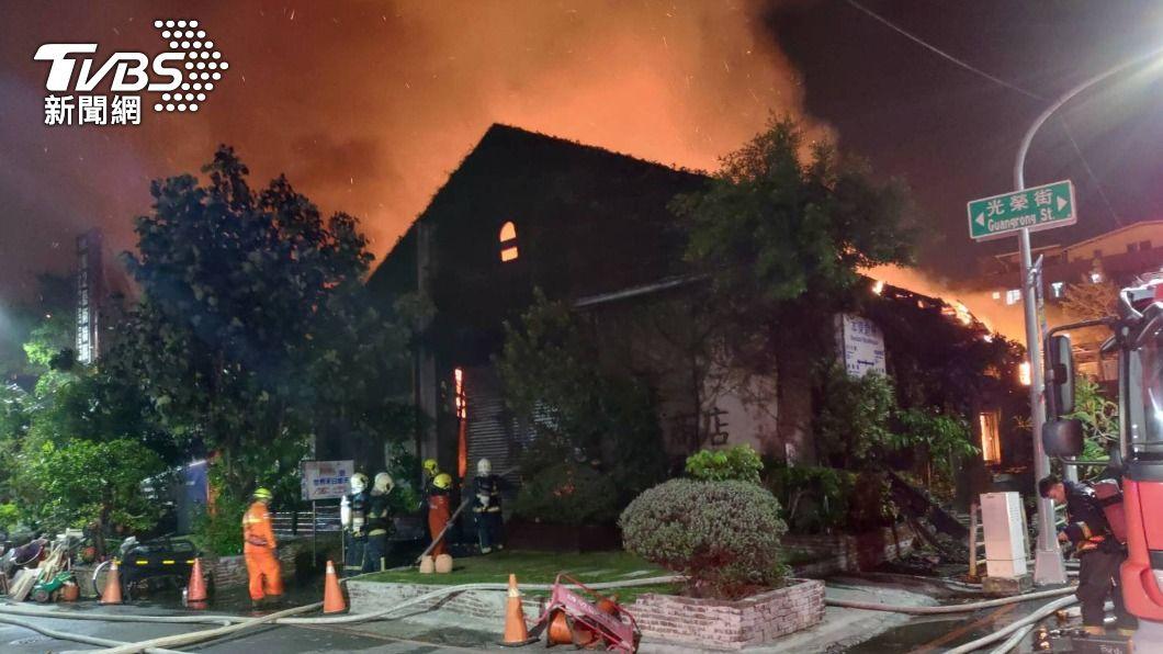 高雄駁二自行車倉庫凌晨陷火海 建築燒剩牆面