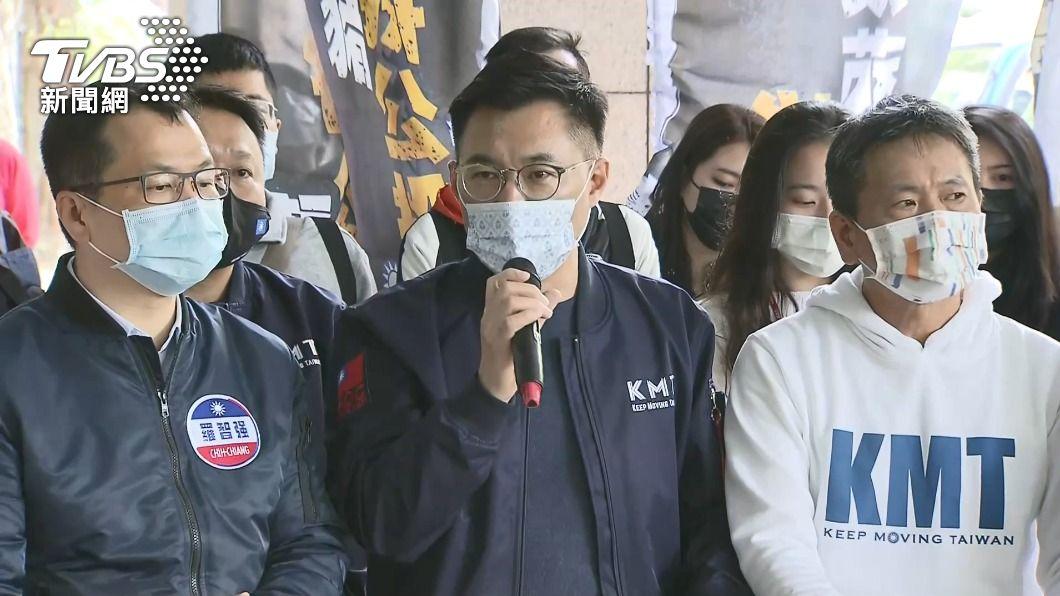 國民黨將連署書送到中選會。(圖/TVBS) 國民黨送2公投案百萬連署書 呼籲8月踴躍投票