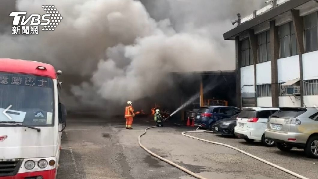 桃園客運修車廠傳大火 黑煙狂竄5公車燒毀