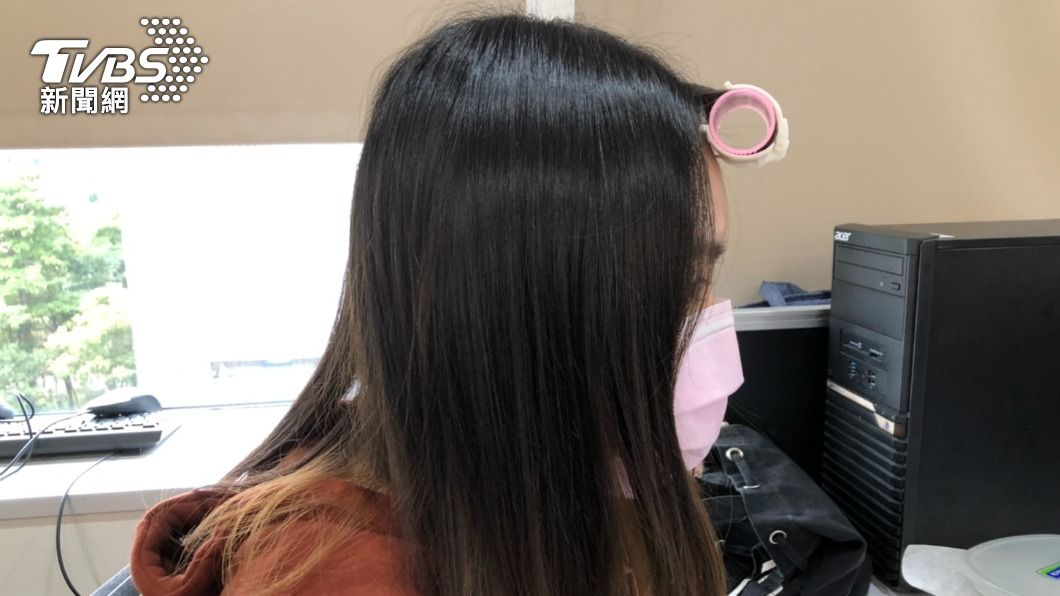 不少年輕女性瀏海經常會夾著髮捲以固定髮型。(圖/TVBS) 年輕妹愛「夾髮捲」趴趴走 韓風打扮遭譏:包租婆