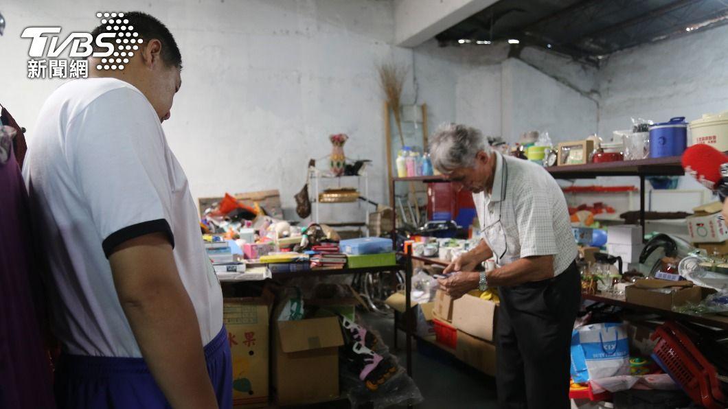(圖/中央社) 劉一峰神父2500顆愛心雞蛋被棄單 花蓮人搶購買光光