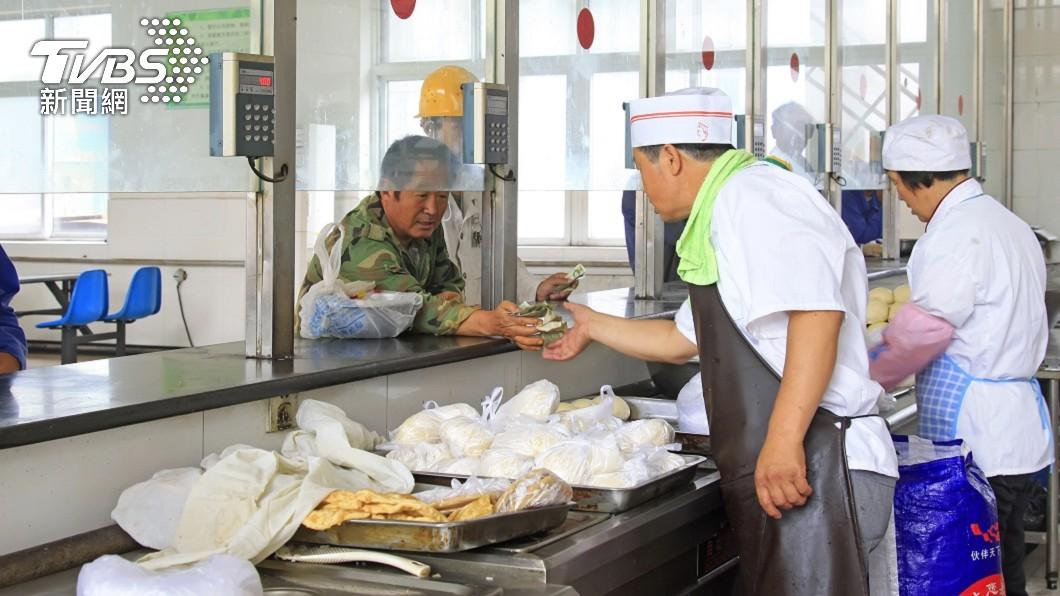 浙江杭州7名離職工人回公司討薪資不成,先到員工餐廳吃飯。(示意圖/shutterstock 達志影像) 離職回公司討積欠薪資 陸工人吃員餐老闆反要30萬