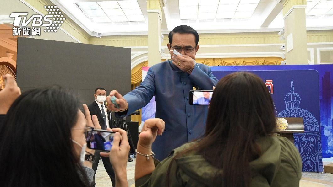 圖/達志影像美聯社 被媒體提問惹火! 泰總理拿酒精狂噴記者