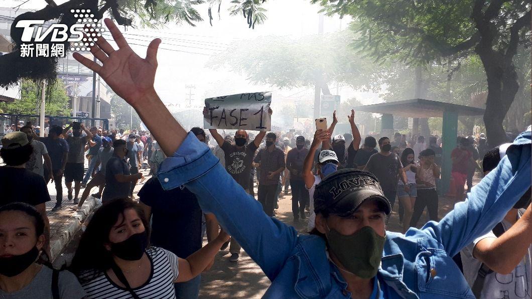 阿根廷民眾上街頭抗議。(圖/達志影像美聯社) 反對重返封城 阿根廷民眾連5天上街爭自由生活