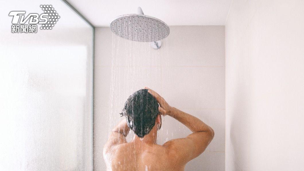 氣象粉專分享省水方法,洗澡時可將熱水出來前的冷水收集起來。(示意圖/Shutterstock達志影像) 洗澡前做「簡單動作」超省水 全台2千萬人可存驚人水量