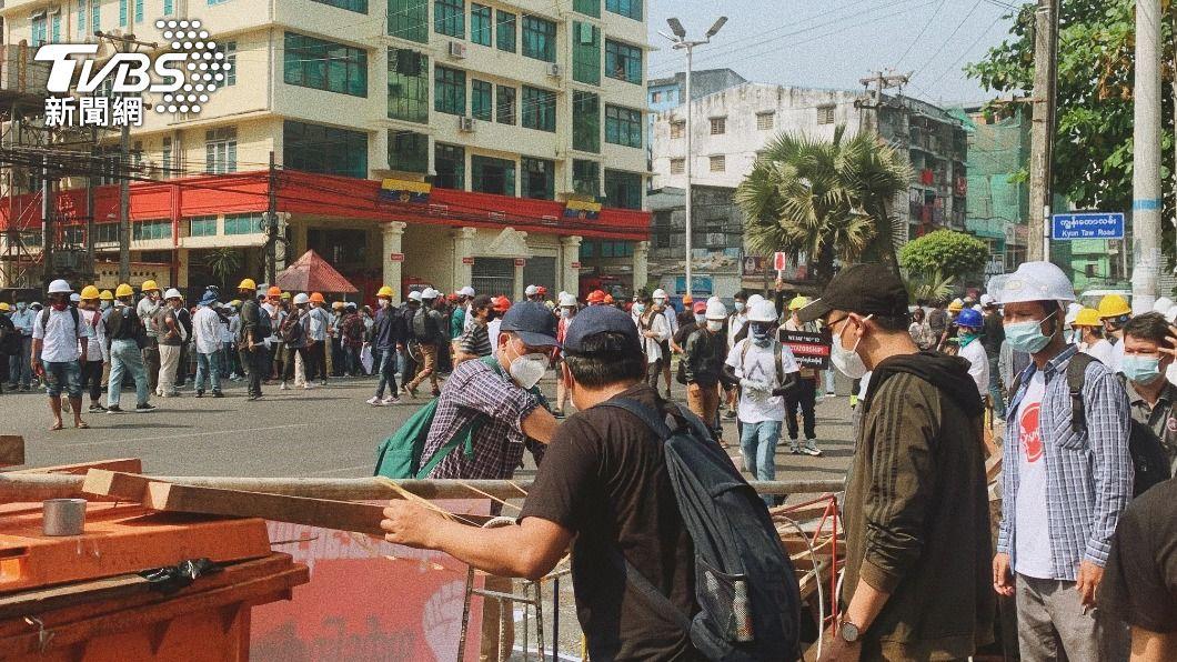 緬甸年輕人上街反政變。(圖/中央社) 拒絕活在恐懼中 緬甸年輕世代不自由毋寧死