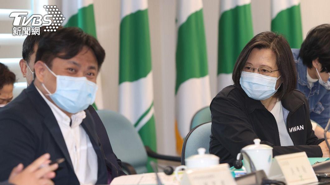 總統蔡英文聽取台灣能源轉型簡報。(圖/中央社) 蔡英文要求理性溝通藻礁議題 不要相互攻擊傷害