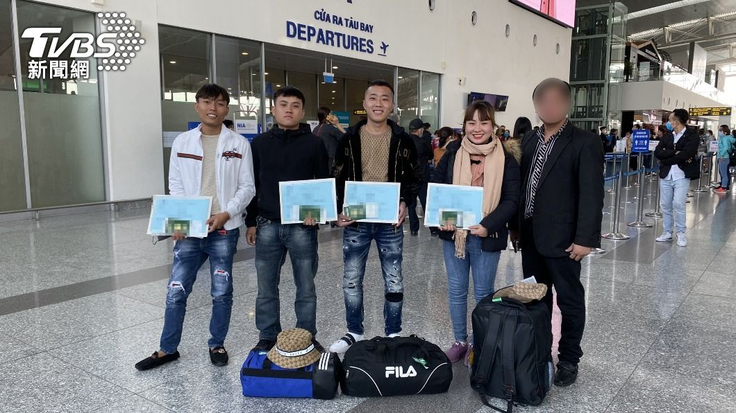 越南勞工赴台前在河內機場合影。(圖/中央社) 日本成越南勞工最大輸出國 仲介:主受東奧影響