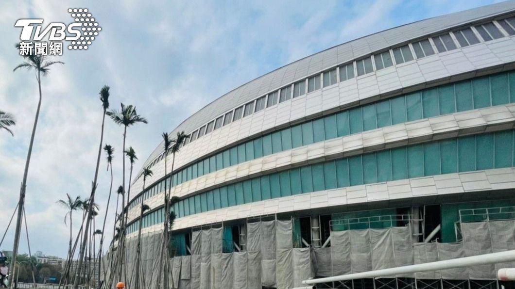 (圖/中央社) 大巨蛋工地用挖土機吊鋼筋掉落 缺失遭罰9萬元