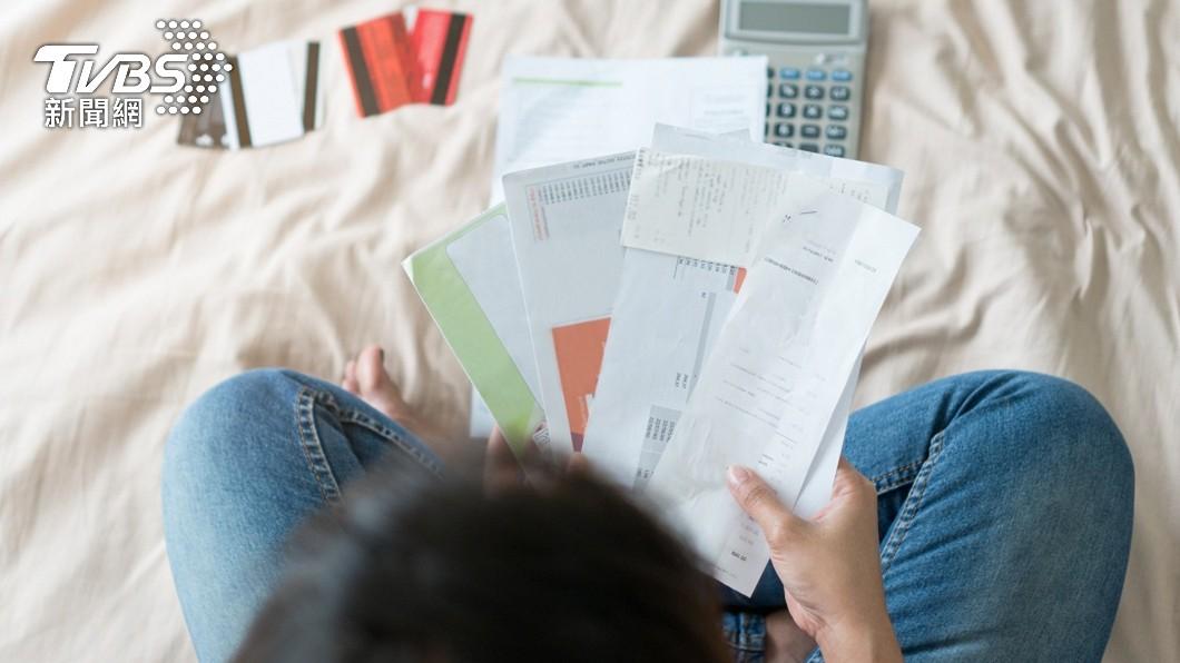 一名女子收到信用卡帳單發現被盜刷了3千多元。(示意圖/shutterstock 達志影像) 姪上成人網站買謎片盜刷3千元 姑見帳單明細臉超綠