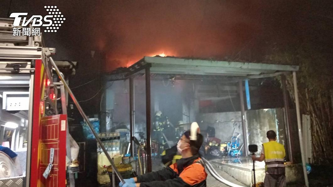 社子島一處民宅凌晨發生火警。(圖/TVBS) 社子島民宅火警 孫回家見「87歲阿公燒成焦屍」淚崩