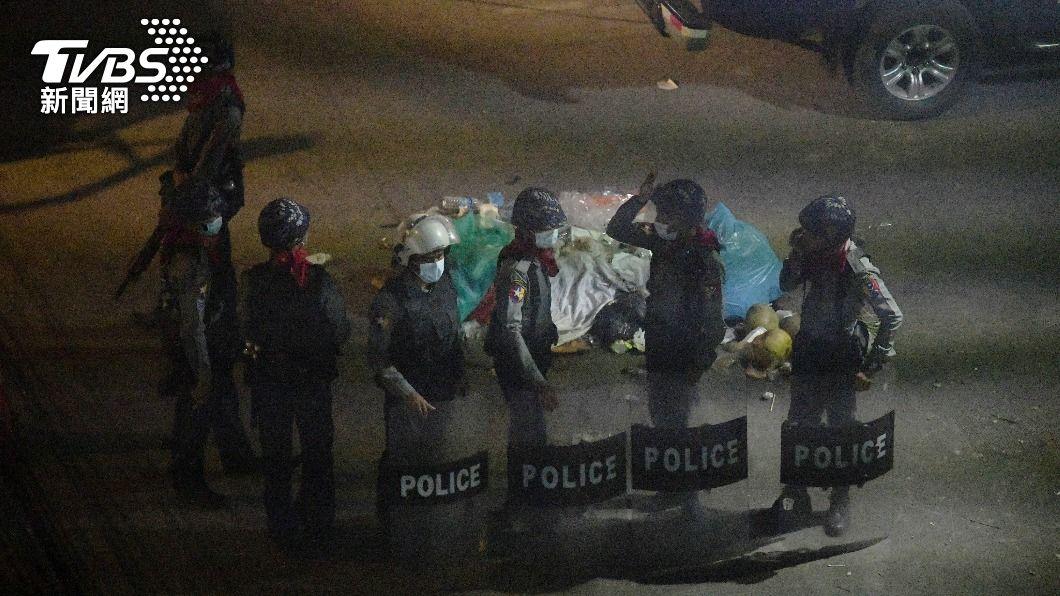 (圖/達志影像路透社) 緬甸安全部隊圍捕抗議群眾射催淚彈 美籲軍警撤離