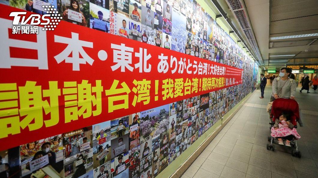 逾千張照片組成的照片牆豎立在台北捷運中山站入口,見證台日友誼。(圖/中央社) 311大地震台灣送暖 意外牽起台日10年友情