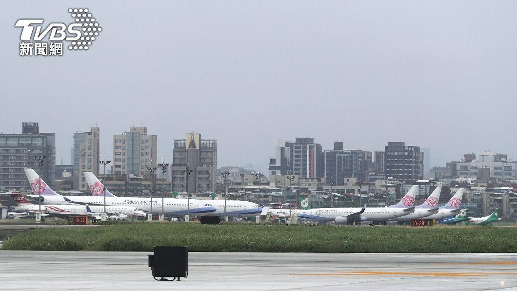 圖為飛機停靠在松山機場停機坪。(圖/中央社) 老翁騎單車誤闖松機管制區 航警局依違民航法調查