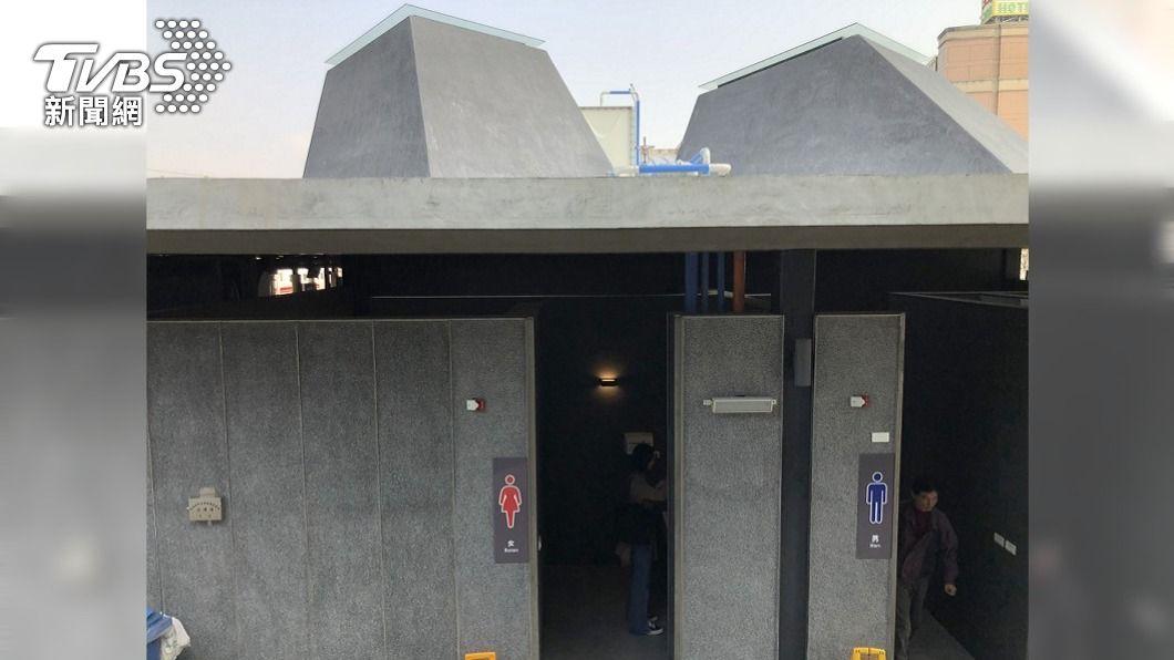 (圖/中央社) 苗栗火車站新公廁天井成反光鏡 如廁過程全都露