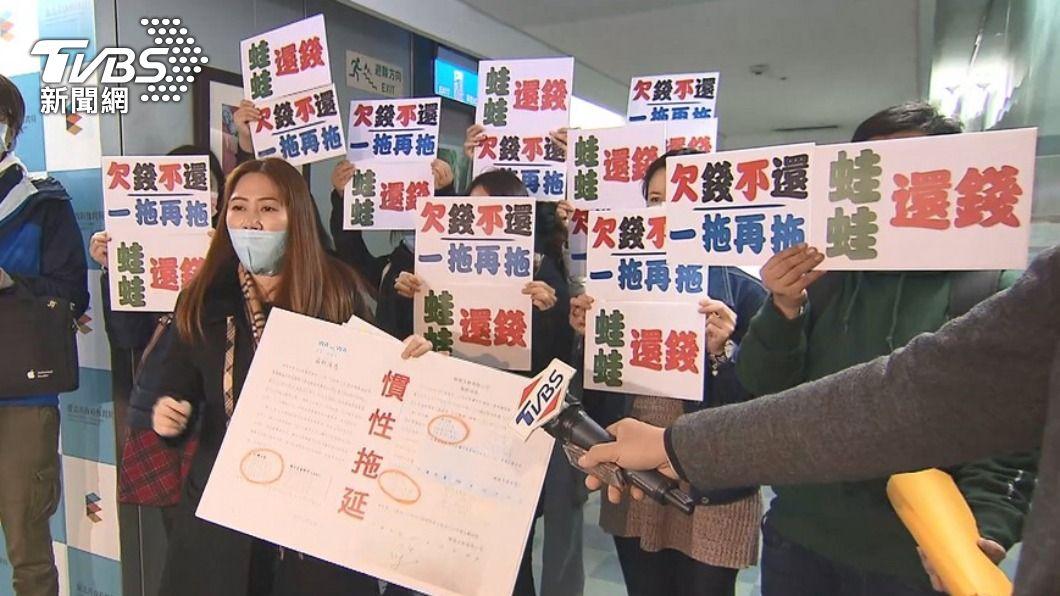 圖為日前蛙蛙文創調解會,受害者舉牌抗議。(圖/TVBS資料畫面) 蛙蛙文創負責人過世 北市府:12日仍開調解會議