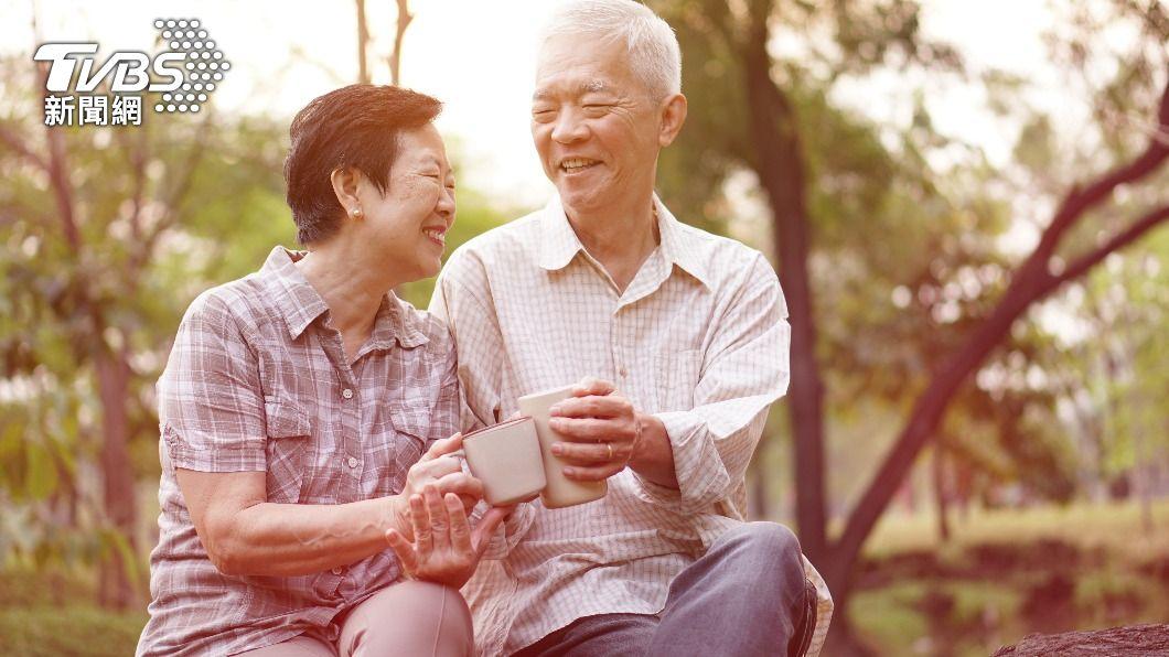 醫推薦5運動有效預防骨質疏鬆。(示意圖/shutterstock 達志影像) 只要搬重物就有可能骨折 醫推5運動有效預防